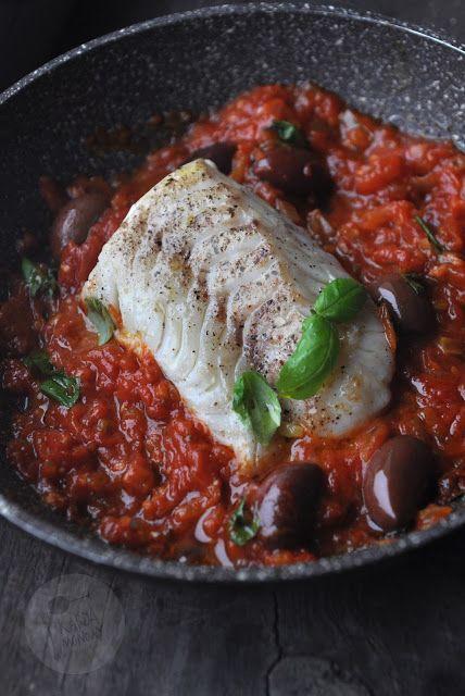 Kardamonowy: Dorsz w sosie pomidorowym z oliwkami