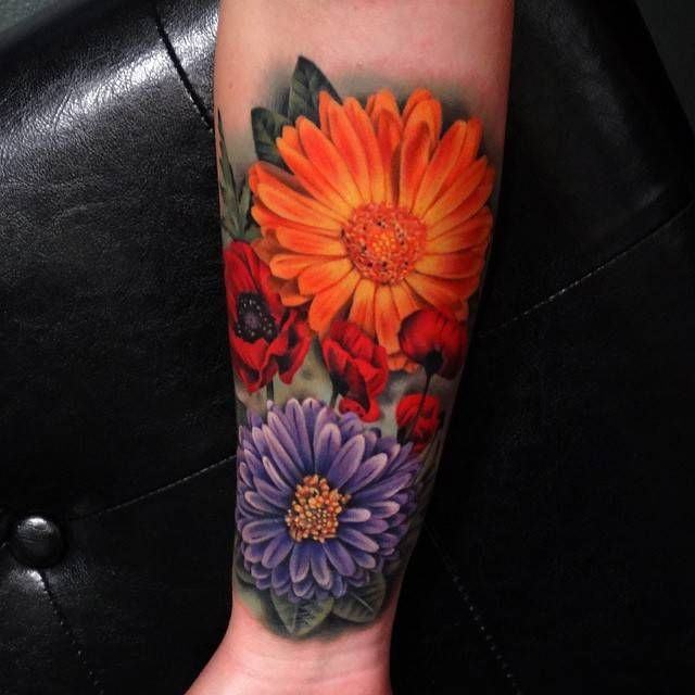 Realistic flower tattoos on the right forearm. Tattoo artist: Andrés Acosta