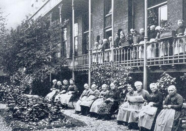 St Anthonius-gesticht op de Nieuwe Binnenweg Een kijkje in de Vrouwentuin, omstreeks 1940. De dames woonden in de westelijke vleugel, tegen het zuideinde, nog voorbij de kapel. In de tuin bankjes en bloemperken; langs de tuin een overdekte warande die de inwonenden goede diensten bewees bij inclement weder.