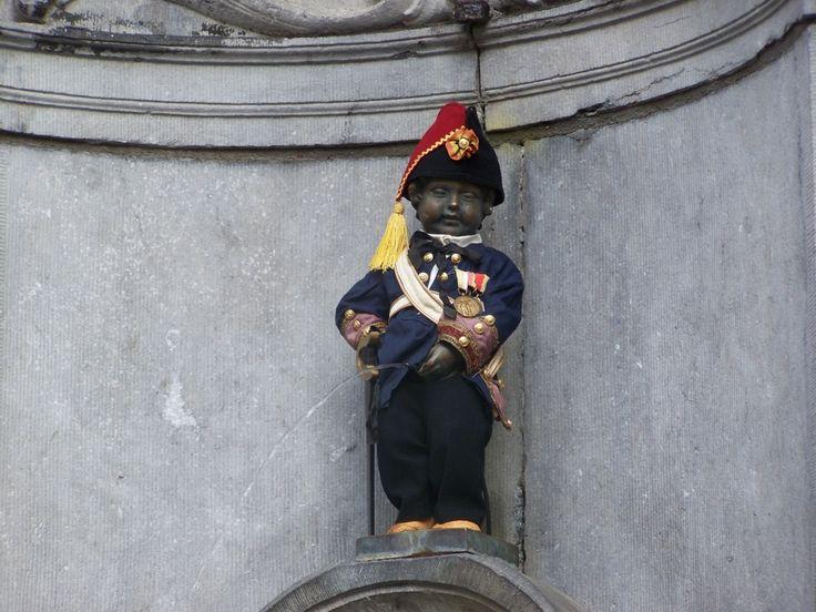 manneke pis brussel | Manneke Pis Verkleed Als Napoleon – Brussel, België | Columbus ...