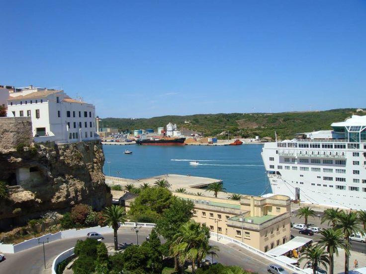 ヨーロッパのリゾート地として人気のスペイン。リゾート地が多くある中で人気のひとつが、地中海にある「バレアレス諸島」。バレアレス諸島はマジョルカ島、イビサ島、メノルカ島などの島から成り立っています。 マジョルカ島、イビサ島はよく聞きますが、メノルカ島はあまり存在感を放っておらず、大手ガイドブックにも載っていないのが現状。しかし良く言えば、穴場中の穴場の観光地。そこには訪れる人を惹きつける魅力がありました! メノルカ島へ行こう!  スペインがあるイベリア半島の東側、地中海に浮かぶ島々。その中で、最も北にあるのが、メノルカ島です。残念ながら、日本からメノルカ島への直行便はありません。スペイン自体への直行便も現在はありません。 おすすめのコースは、日本からまずスペインのバルセロナへ。そこからフェリーもしくは飛行機でメノルカ島へ行くのがいいでしょう。 日本からバルセロナまでは経由地にもよりますが飛行時間は約14時間。バルセロナからメノルカ島までは、フェリーで約8時間、飛行機なら約1時間です。また3~4時間で着く高速船も出ています。 メノルカ島について知ろう!…
