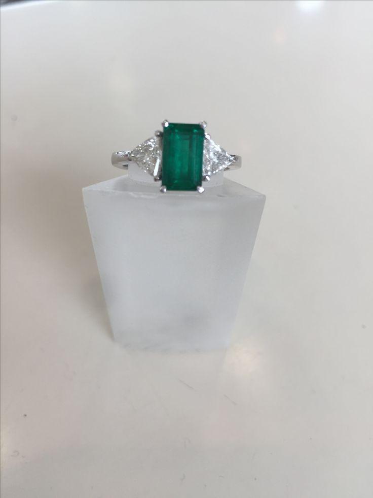 Anillo en oro blanco con esmeralda y diamantes
