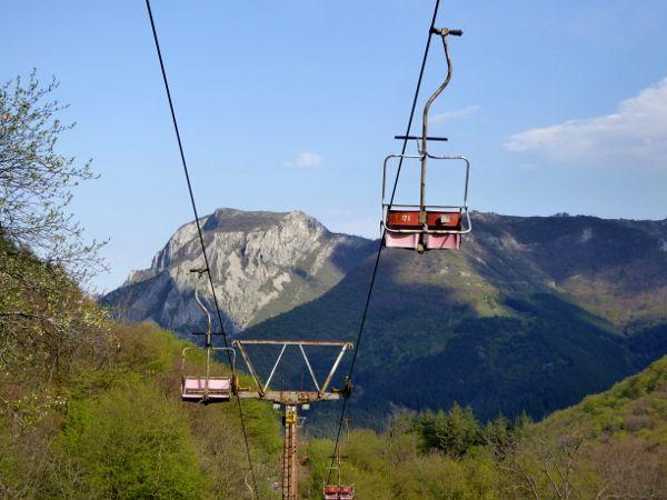 Einsam+und+verlassen+baumelt+der+Sessel+eines+Skilifts+über+der+Straße.+Während+die+Seilbahn+an+längst+vergangene+Winter+erinnert,+fahren+wir+die+Straße+in+engen+Kurven+immer+weiter+den+Berg+hinauf.Die+Aussicht+ist+atemberaubend.+Schroff+abbrechende+Berge+und+hohe+Felswände+die+neben+uns+steil+in+den+Himmel+r