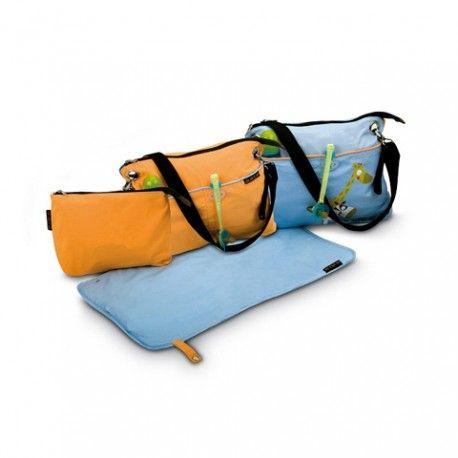 Pensata in ogni minimo dettaglio: -agganci laterali estraibili che permettono di applicare la borsa al manubrio di qualsiasi passeggino sul mercato -tracolla regolabile -2 comode tasche portaoggetti sul davanti -fornita con fasciatoio, beauty case  Tessuti intelligenti: -facile da lavare