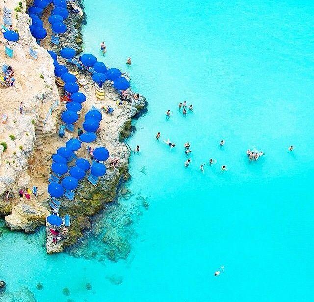 Comino is één van de Maltese eilanden, die precies tussen #Malta en #Gozo ligt. #Comino is klein: het eiland heeft een oppervlakte van 3,5 kilometer en bereik je met dezelfde ferry als naar Gozo. Foto: hoteltravelvacation.com #travel