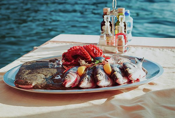 Fresh seafood plate in restaurant by the sea by Nadya&Eugene Photography #Foodphotography #NadyaEugene