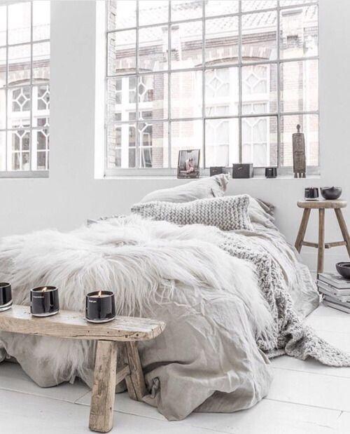 Moderne slaapkamer met veel lichte kleuren en licht inval. Dit zorgt voor een frisse en moderne sfeer