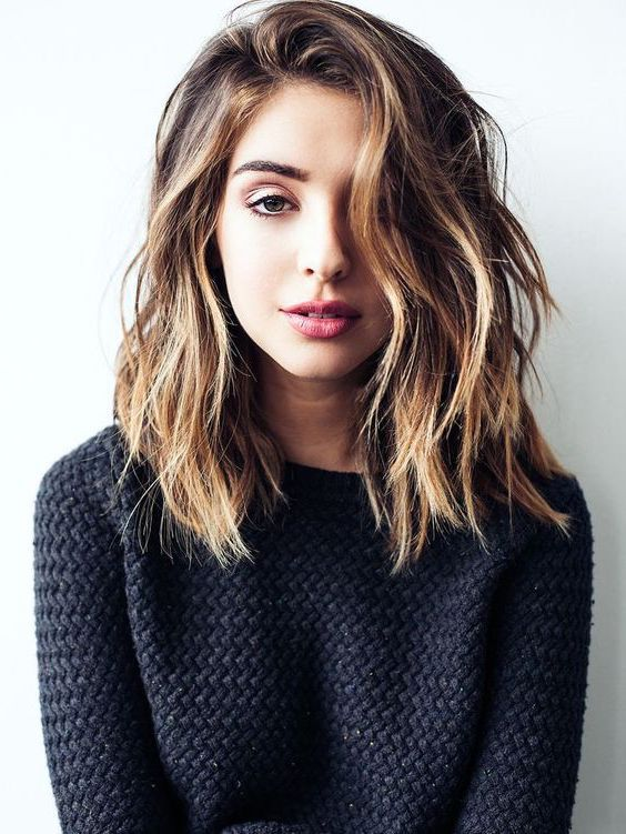 idée de carré ondulé, cheveux chatain clair, boucles floues, beach waves, coupe mi courte asymétrique