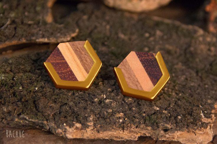 - Marakta -  Aretas Marakta con baño en oro madera aglomerada.  Fotografía Andrés Hoyos