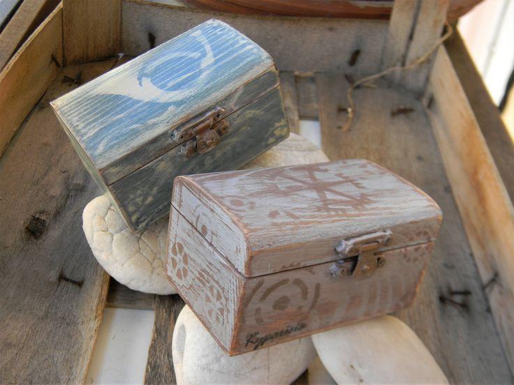 Ξύλινα κουτάκια παλαιωμένα με χρώματα κιμωλίας και στένσιλ