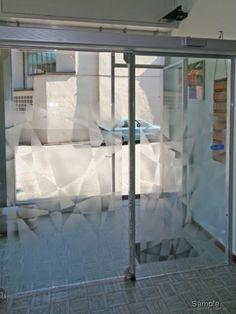 Vetro temperato e satinato incollato su morsetto di porta automatica, ottima soluzione per dividere locali commerciali o uffici