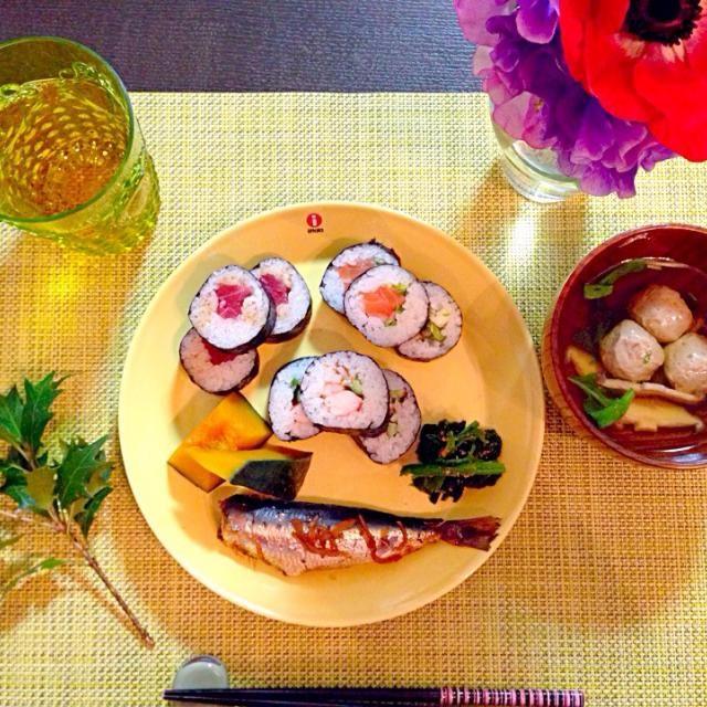 巻き寿司3種(マグロ、海老アボカド、サーモンとネギ)、 イワシの生姜煮、 カボチャの煮物、 ほうれん草の胡麻和え、 イワシつみれのお吸い物  4歳と2歳の子供達が食べれる様に、恵方巻きはカットして巻き寿司に。1つだけは恵方見て食べれたけど…黙って…は無理でした(^^;; 来年は上手く食べれるかな? - 22件のもぐもぐ - 節分プレート by akikofurukRYu