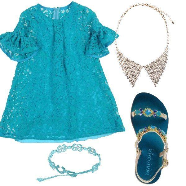 L'abito in pizzo color turchese è elegantissimo indossato con i sandali con pietre dello stesso colore e collana di strass. Ideale per una cerimonia estiva, non ha bisogno di altri accessori se non di un semplice braccialetto.