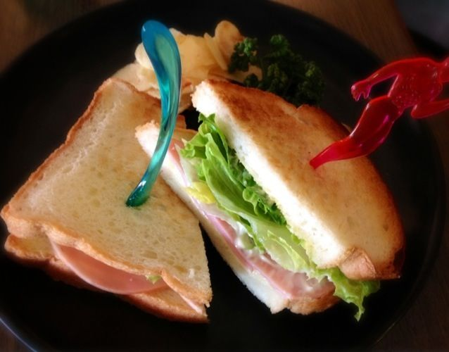 シンプルなサンドイッチ、マッチョが刺さっております。 手作りパンプキンスープつき! - 23件のもぐもぐ - 【今週のC】ハムチーズレタスのサンドイッチ by YURI