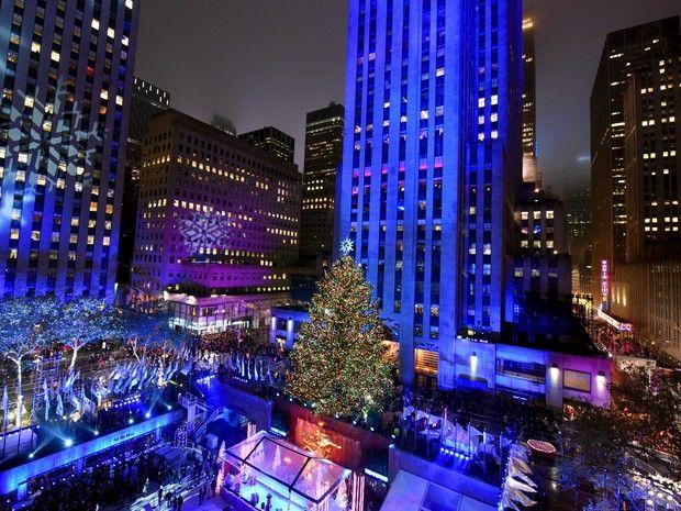 A árvore foi retirada no norte do estado de Nova York e percorreu centenas de quilômetros até a praça do Rockefeller Center, onde foi instalada no dia 6 de novembro (Foto: Diane Bondareff/Invision for Tishman Speyer/AP)