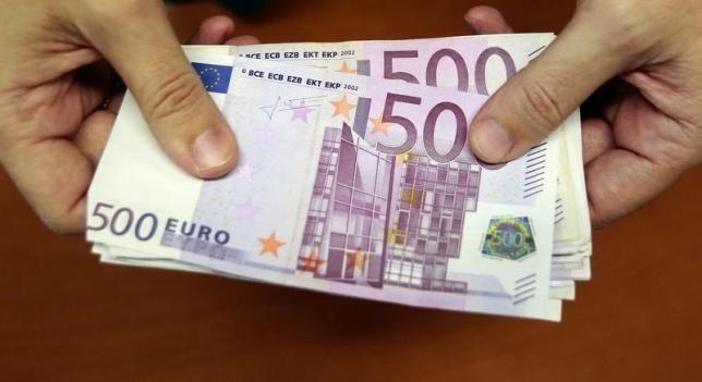 <p>Σε πλήρη καταγραφή των στοιχείων και των συναλλαγών όσων ανταλλάσσουν χαρτονομίσματα των 500 ευρώ υποχρεούνται να προχωρούν οι τράπεζες, διασταυρώνοντας μάλιστα τα στοιχεία για τη μετατροπή χαρτονομισμάτων με άλλες συναλλαγές του πελάτη. Στόχος η προληπτική εποπτεία για ξέπλυμα χρήματος, που…</p>