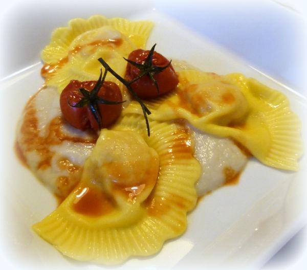 ravioli ripieni di gamberi lardo e nocciole con salsa ai topinambur e ristretto di gamberi