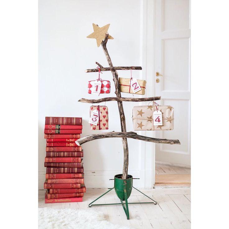 """Ut i skogen och leta torra grenar! I år blir det ett adventsträd med """"bara"""" fyra paket. Det känns liksom lite mer lagom svenskt . Ha en bra dag! #julpyssel #pyssel #korsstygn #inredningsinspo #barnerom #pyssla #pyssel #pysseltips #pysselinspo #pysselideer #julkalender #adventskalender #julgran #julträd #inredning #broderitags #broderi #korsstygnsbroderi #jul #julpynt #advent #diy #diyblogg #diydetaljer #slöjddetaljer"""