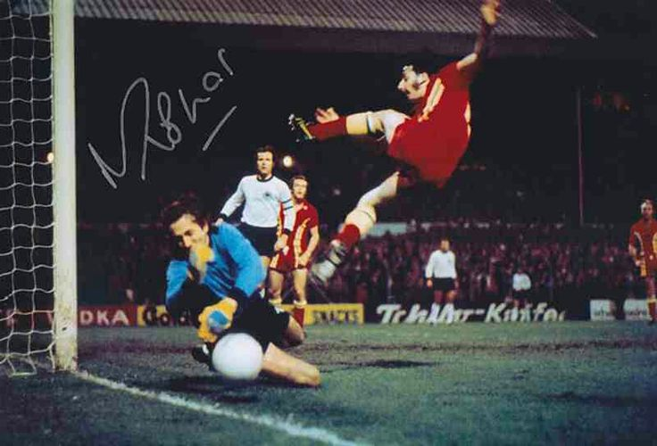 Wales 0 West Germany 2 in Oct 1976 at Ninian Park. Rudi Kargus denies Mickey Thomas #Friendly