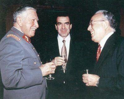 El General Pinochet Ugarte y el ex Presidente Eduardo Frei en un brindis.