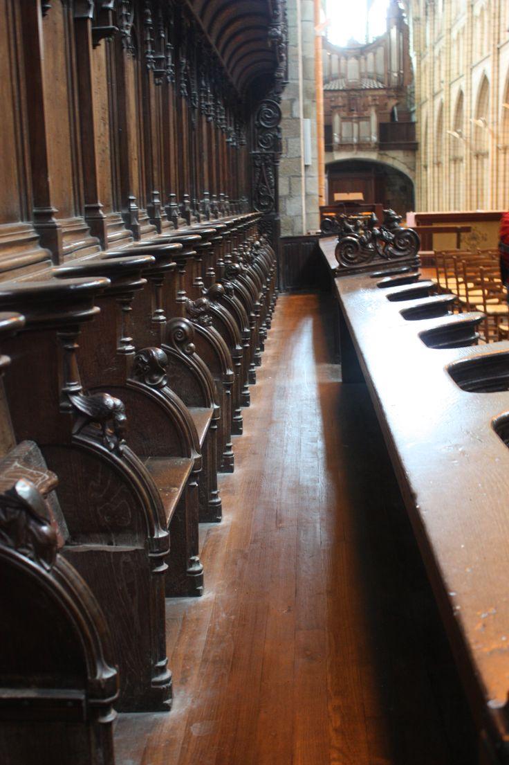 Semaine 17 thème Alignement l'intérieur de la cathédrale de St Pol de Léon avec ses nombreux alignements de chaises, de bancs de colonnes.......
