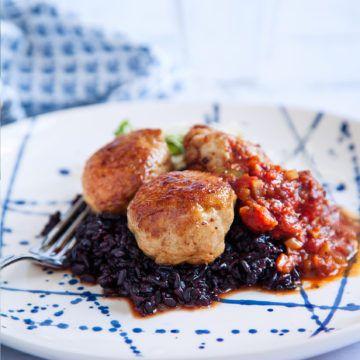 Ett fantastiskt gott recept signerat Fredrik Jonsson på härligt kryddiga och saftiga kycklingfärsbollar! Recept på kycklingfärsbollar hittar du på Tasteline