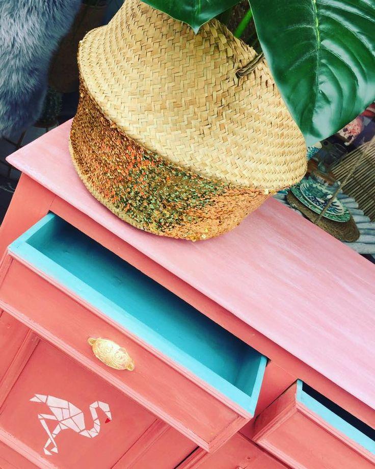 Dit leuke kastje is geverfd met de chalk paint van Annie Sloan! Met deze verf hoef je niet te schuren en knap je gemakkelijk je oude meubels op.   De kleur van het kastje is geverfd met de Annie Sloan kleur 'Scandinavian pink'. De binnenkant van de laden zijn geverfd in de blauwe kleur 'Provence'. Meer informatie op: www.debestekrijtverf.nl