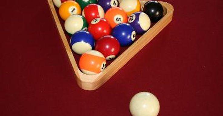Juegos de billar para tres personas. Muchas personas piensan en el billar como un juego de dos personas con el objetivo de meter la octava bola, la negra. La mayoría de los juegos de billar están diseñados para un número par de personas. Sin embargo, existen algunos juegos para varias jugadores, como el degollador y la rotación, que se juegan de a tres o más jugadores.