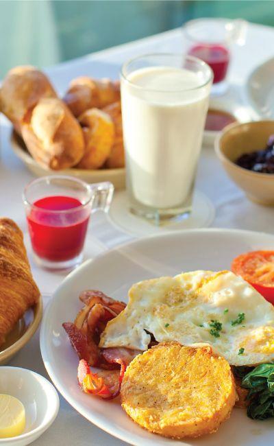 Frokost smaker enda bedre på hotell! Gi bort et gavekort på en fristende buffet og la gavemottakeren velge ut sine favoritter. De kan kose seg med en ekstra god hotellfrokost, uten å tenke på oppvasken.