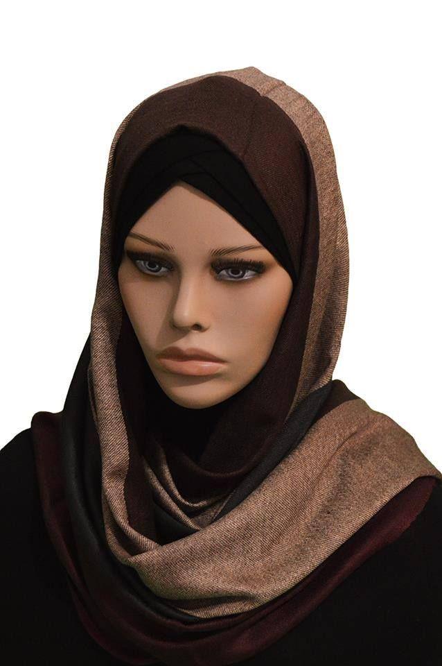 Affirmez votre envie de douceur et chaleur avec ce hijab résolument féminin.vous allez certes aimer son jeu d'imprimés capable de rehausser l'ensemble de vos looks sobres et basiques du quotidien. Sa matière fluide et délicate offre confort et légèreté