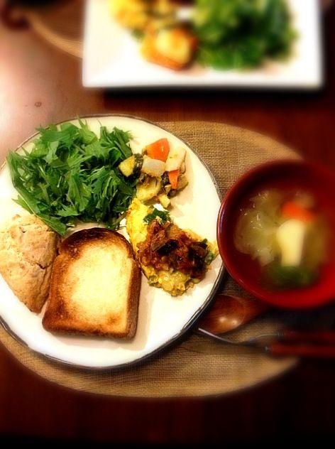 今日は朝から、先日つくった柿ジャムをいれたスコーン作り、トマトソース作りをして、ゆっくりとしていたら、朝ごはんがランチになりました(u_u)★ - 8件のもぐもぐ - 自家製柿ジャムスコーン/トースト/玉ねぎとピーマンのオムレツ/かぶとズッキーニのレモンマリネ/グリーンサラダ(水菜,ルッコラ)/野菜のポトフ by hamasho