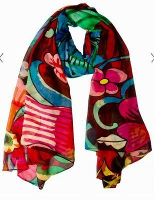 Met een sjaal kun je van een eenvoudig kledingstuk iets bijzonders maken, maar ook neutrale kleding omtoveren tot een kleurrijk geheel én op een zonnige vakantiebestemming je ongewenste rondingen subtiel aan het oog onttrekken. Wees creatief met sjaals.