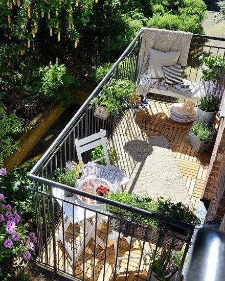 Un charmant jardin balcon. Preuve que le pied carré le jardinage peut ajouter de nouvelles dimensions à la vie de la ville.