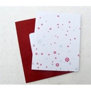 Stijlvolle kerstkaart met prachtig sneeuw ontwerp       Geproduceerd door Watabaran in Kathmandu - Nepal, naar Zweeds ontwerp. Watabaran is een Nepalees bedrijf dat werkt volgens de fairtrade normen. Watabaran betekent 'milieu' in het Nepalees. Watabaran recyclet papier en produceert verschillende papieren producten waaronder wenskaarten....    Nu exclusief te koop bij fairtrade-wenskaarten.nl