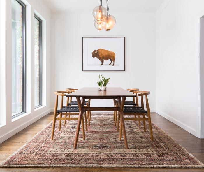 en el comedor mesas de madera y sillas con respaldos