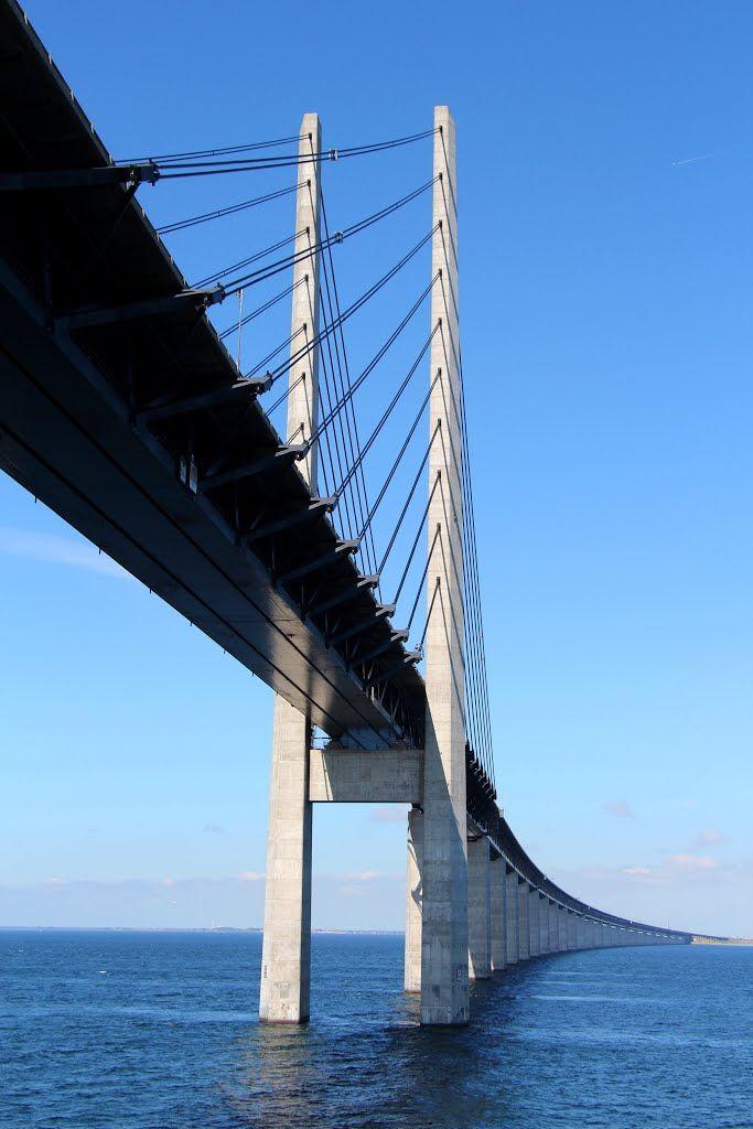 Öresund-Brücke, Schweden/Dänemark: Die Öresundbrücke verbindet Dänemark mit dem südschwedischen Schonen seit dem Jahr 2000. Hier etwas für Zahlenfreunde: Die Gesamtlänge des Brückenzuges beträgt 7845 Meter. Die Zufahrt zur mittleren Hochbrücke erfolgt über zwei Rampenbrücken. Die westliche Rampenbrücke mit einer Gesamtlänge von 3014 Metern besteht aus 22 Brückenfeldern, von denen 18 eine Stützweite von 140 Metern haben. Die 3739 Meter lange östliche Rampenbrücke besitzt 28 Öffnungen.