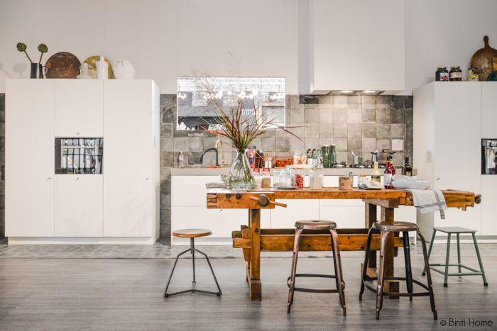 dit vonden wij een van de leukste ideeën van de Woonbeurs 2014: oude werkbank als tafel / bar / werkblad in de keuken...