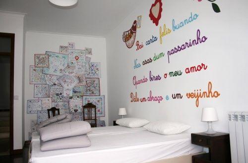 O hostel dispõe de oito quartos inspirados em ícones da portugalidade. O Lenço dos Namorados (duplo; com capas separadas) é um dos mais românticos e ainda oferece uma pequena varanda exclusiva.
