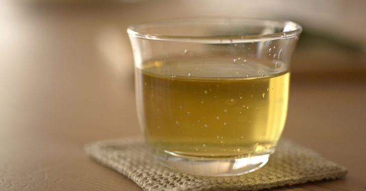 Cómo usar té verde como un champú alternativo para limpiar el cabello. Utilizar un enjuague de té verde es una alternativa ideal para lavar tu cabello con champú regular. Algunas personas optan por lavar su cabello con té verde para ayudar a calmar las irritaciones del cuero cabelludo, como también reforzar el cabello.
