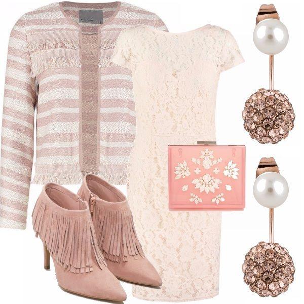 Outfit elegante per una cerimonia o un occasione di giorno. Tubino in pizzo panna, tronchetto con frange rosa cipria, come la piccola pochette rigida, orecchini di perle con un tocco luminoso rosa e giacchino rigato rosa e panna.