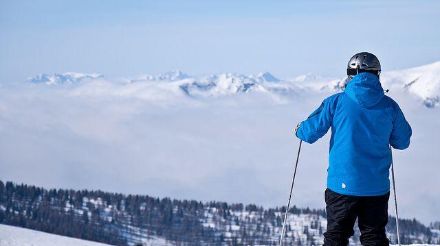 Tipp: Nachhaltiger Skiurlaub?!   Skitourismus verursacht gravierende Umweltschäden. Für Skipisten, Hotelanlagen und Parkplätze muss gewaltsam Platz geschaffen werden. Der Schneemangel in Folge des fortschreitenden Klimawandels wird mit Kunstschneekanonen bekämpft. Doch es gibt Tipps, wie man die Umweltzerstörung zumindest verringern kann.  (Foto unverändert, Quelle: http://www.flickr.com/photos/badkleinkirchheim/5489990510, Lizenz: http://creativecommons.org/licenses/by/2.0/deed.de)