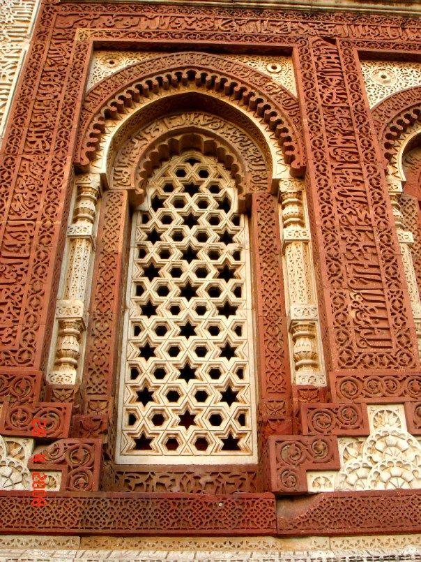 Medindo 73 metros de altura foi idealizado pelo primeiro governador muçulmano de Delhi, Qutb-ud-din Aibak,  que começou a construção dessa torre, após vencer o rei hindu em 1193.  No entanto,  só foi concluída em 1368.