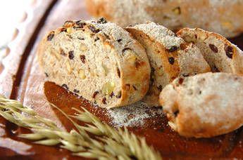 ぎっしりと具材が詰まった、噛みごたえたっぷりなハードパンです。ライ麦粉の風味もぜひ味わって下さい。