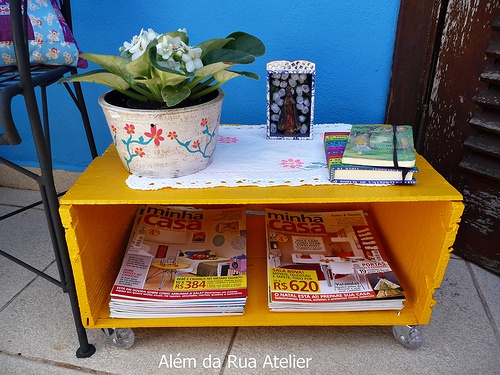 Boa ideia para guardar revistas e servir como mesinha de centro (até para comer a moda japonesa)
