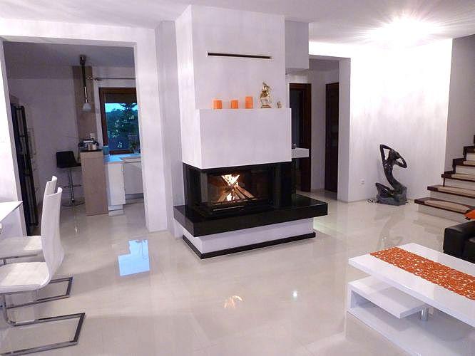 Kominek nowoczesny w klimacie biało-czarnym. Fireplace in a climate of modern black and white.  #ModernFireplace #Kominek #biały #czarny #white #black