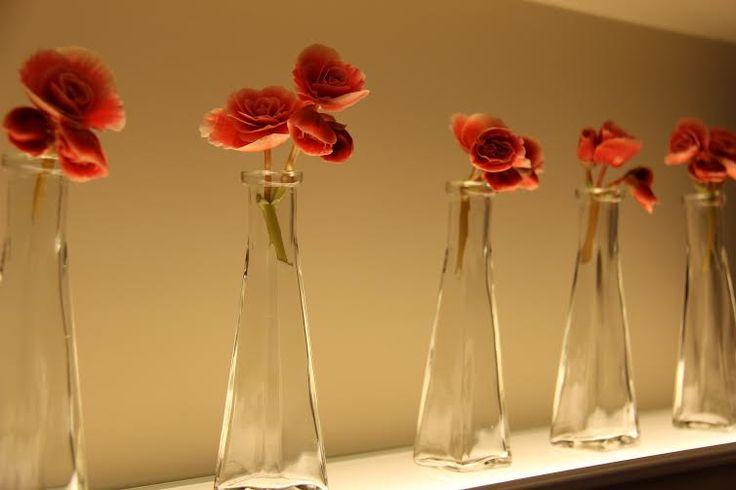 Arranjos com vidros de perfumes