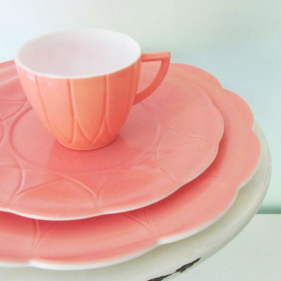 hazel atlas pink dinnerware.wow I could have sworn I had play plastic dishes similar to this as a child!