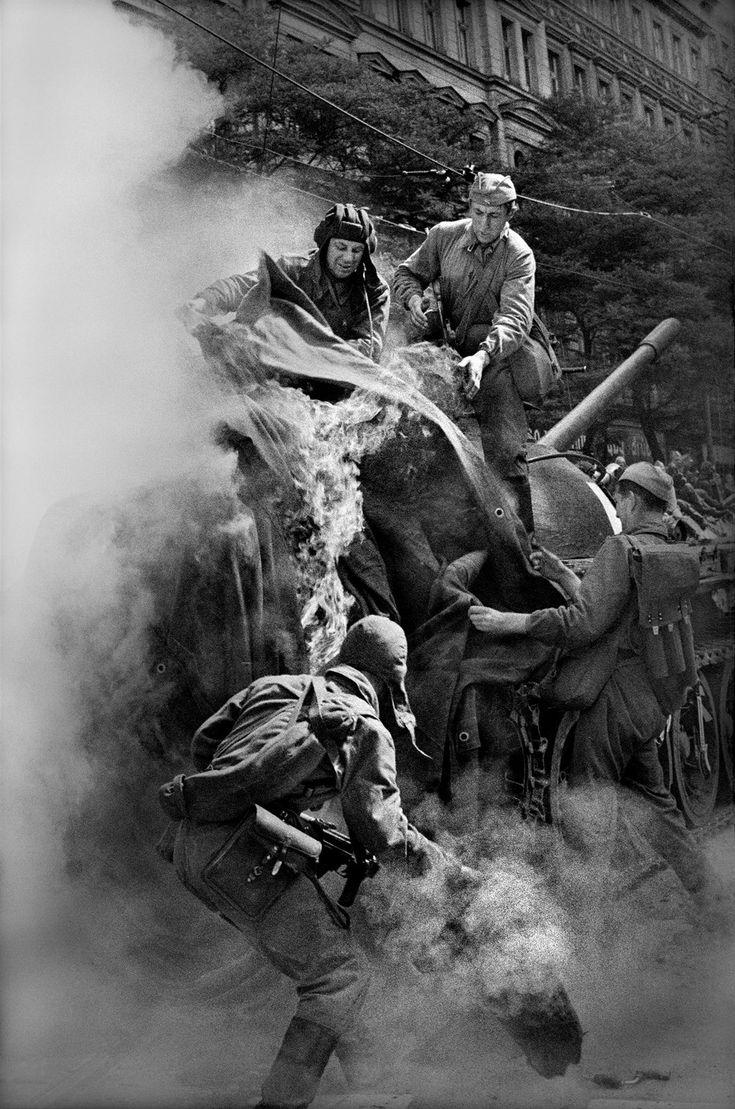 Srpen 1968. Sovětští vojáci hasí oheň. Tank začal ve Vinohradské ulici…