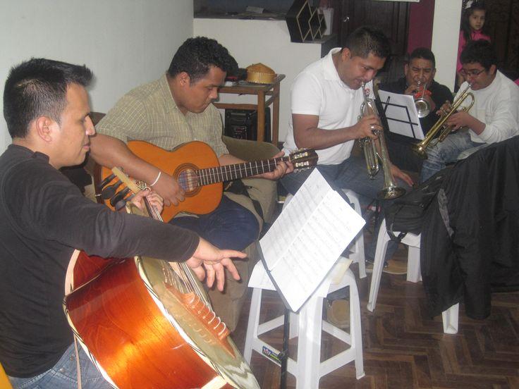 MARIACHI INTERNACIONAL MONTERREY En los olivos-Lima-Peru numeros para contratos:                                    945197227  528-1139