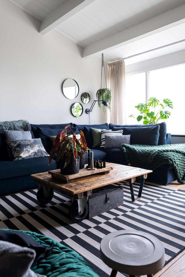 Blauwe bank en zwart-wit vloerkleed   Blue couch and black and white carpet   vtwonen 09-2017   Fotografie Stan Koolen